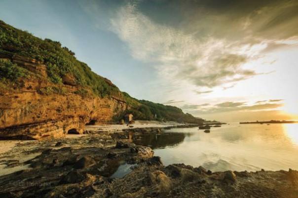 Bãi biển trước chùa Hang