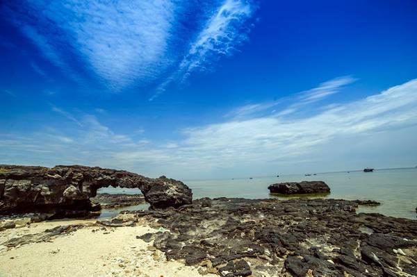 Cổng Tò Vò là điểm đến rất được yêu thích trên đảo