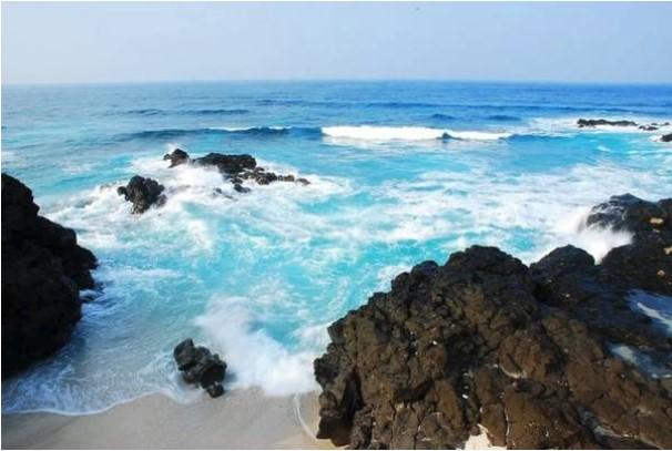 Nước biển trong xanh tại đảo Bé