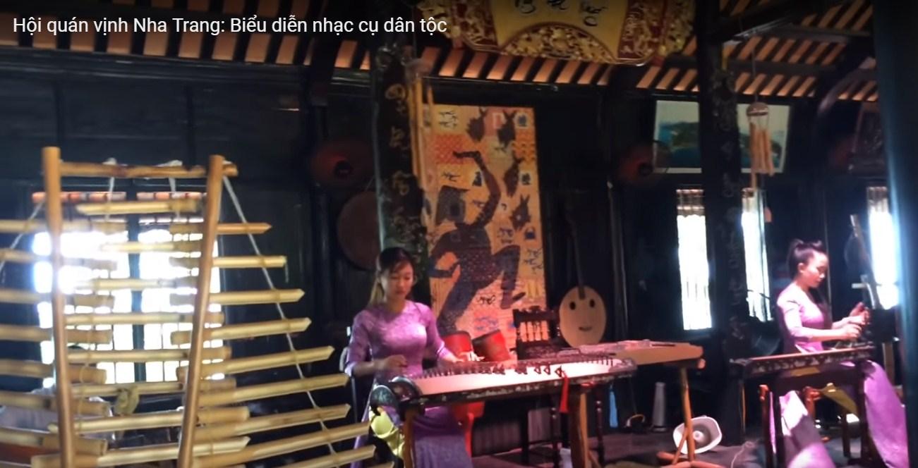 Vịnh quán nha trang biểu diễn nhạc cụ dân tộc