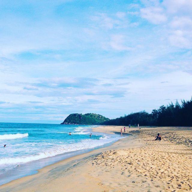 Bãi biển Sa Huỳnh cong cong hình lưỡi liềm (Ảnh: @tungdamm)