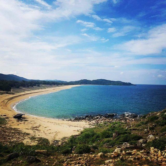 Bãi biển Sa Huỳnh cong cong hình lưỡi liềm (Ảnh: @lecuong1206)