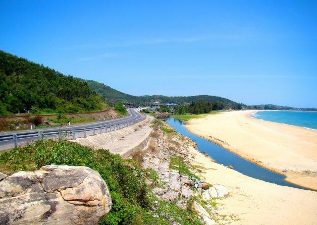 Bãi biển Sa Huỳnh nằm dọc Quốc lộ 1A (Ảnh: Sưu tầm)
