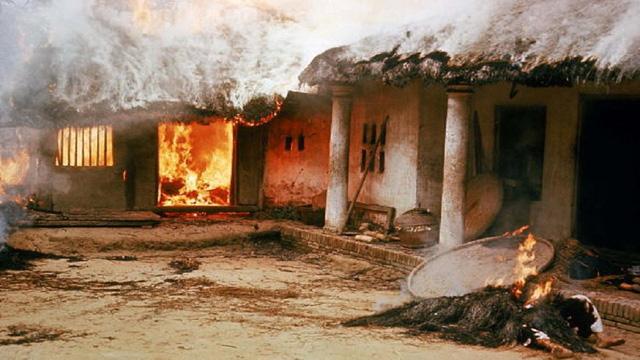 Nhà bị đốt tại Mỹ Lai