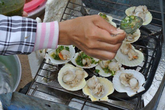 Thưởng thức hải sản tươi ngon ngay tại bãi biển (Ảnh: Sưu tầm)