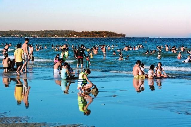 Vui chơi tại biển Mỹ Khê Quảng Ngãi